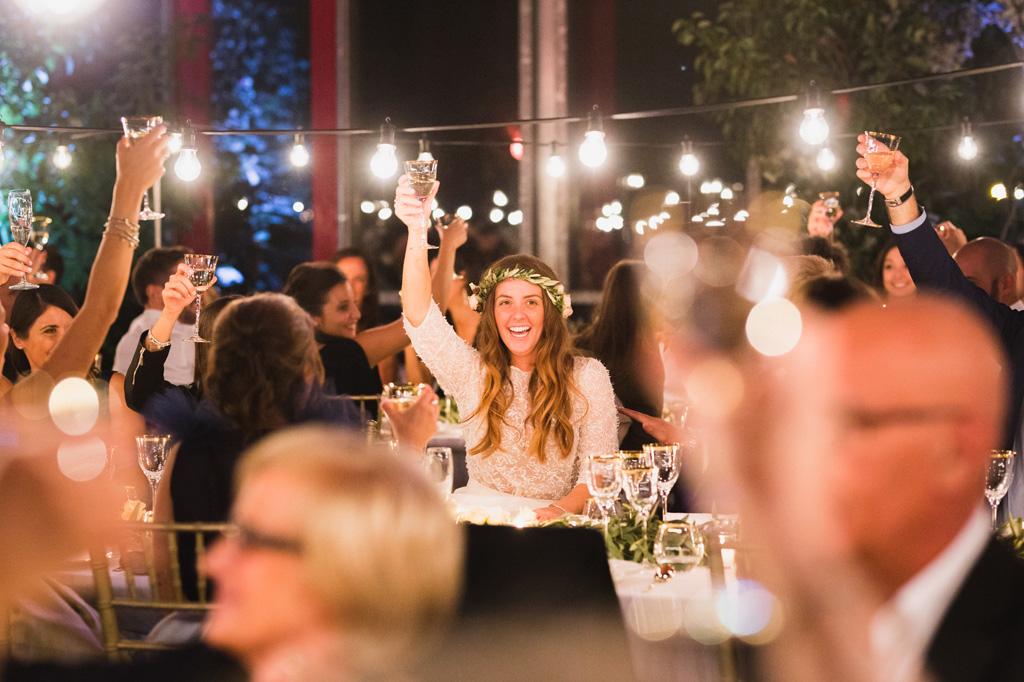 La sposa propone un brindisi per iniziare bene la cena di nozze