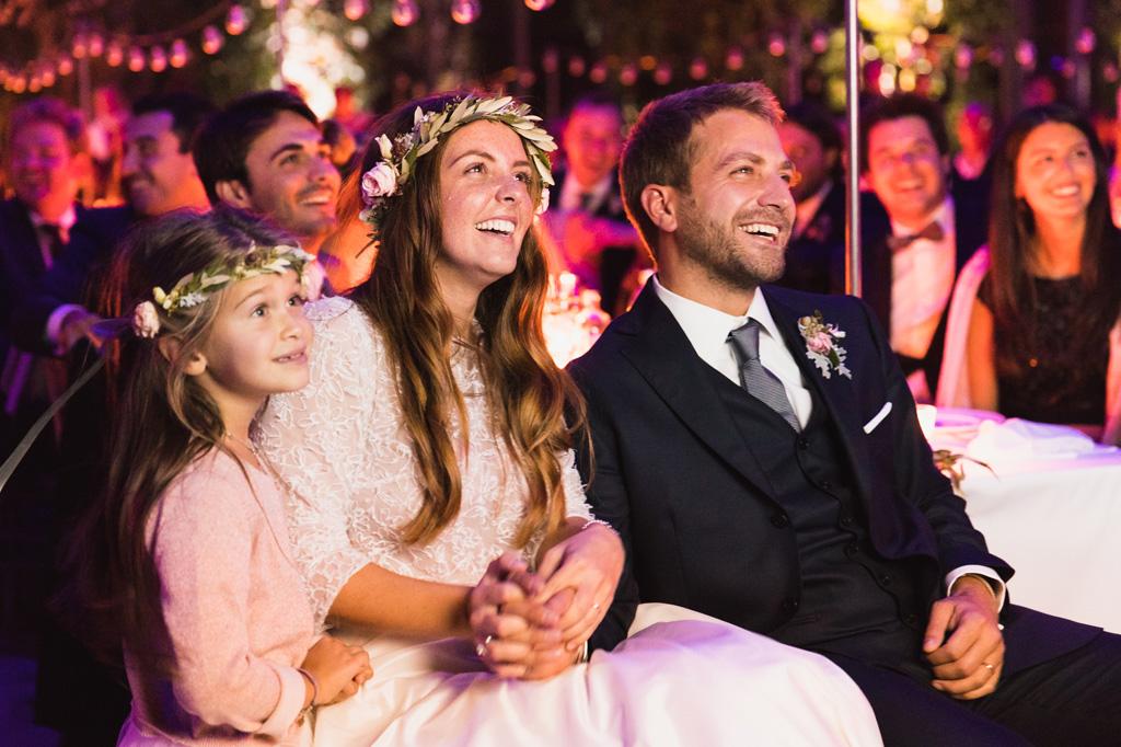 Gli sposi e la nipotina guardano il video degli amici