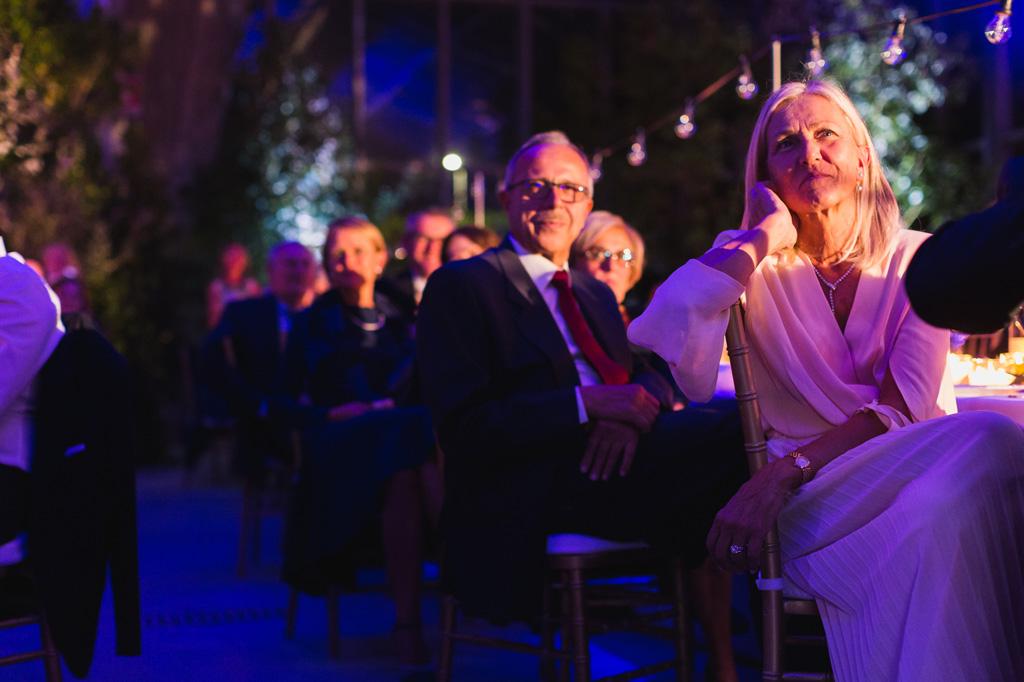 I genitori dello sposo nelle luci rosa del salone del ricevimento