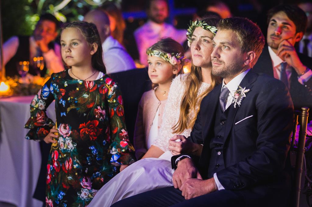 Gli sposi guardano il video creato dagli amici per le loro nozze