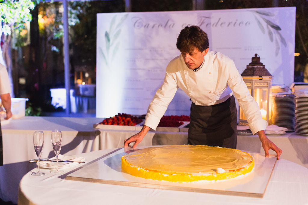 Il pasticcere prepara la torta nuziale di Carola e Federico