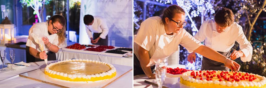 I pasticceri decorano la torta nuziale
