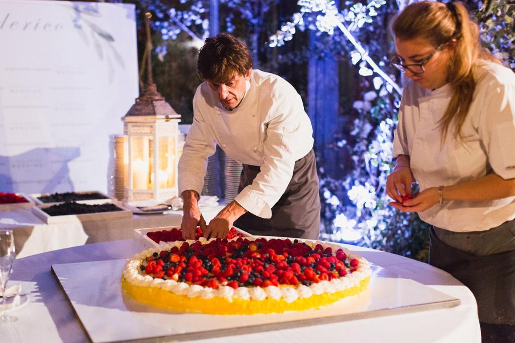 Ultimi ritocchi alla torta nuziale di Federico e Carola