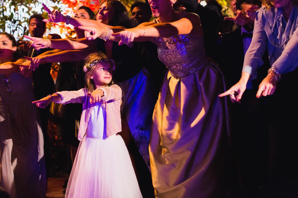La piccola damigella partecipa all'esibizione degli invitati