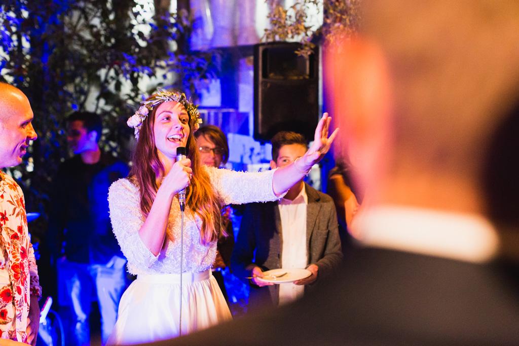 La sposa fa un discorso di ringraziamento per gli ospiti del matrimonio
