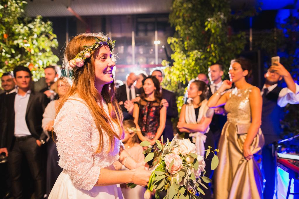 La sposa guarda lo sposo da lontano