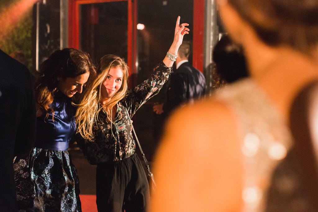 Gli invitati ballano durante la serata alle serre Rattiflora