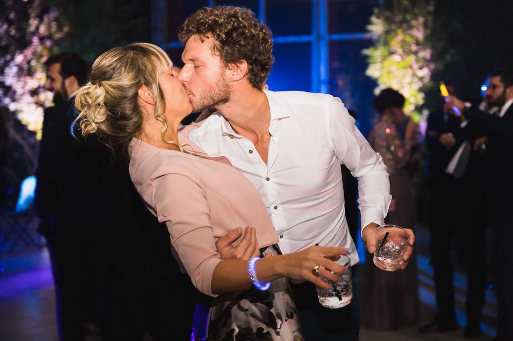 Una coppia di invitati si bacia durante i balli