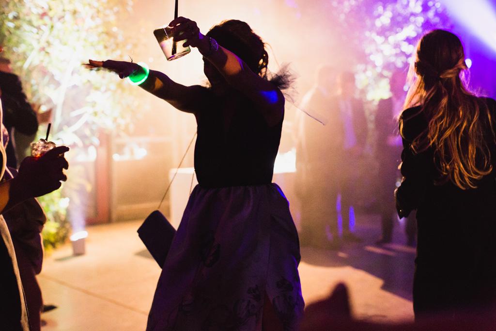 Gli ospiti ballano nelle luci del salone della location del ricevimento