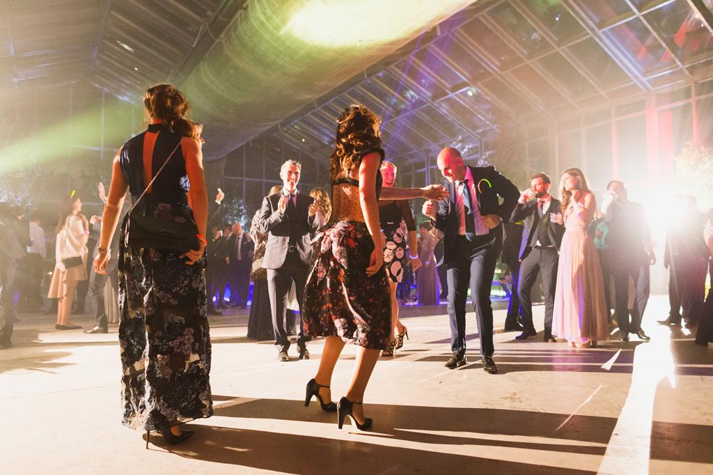 Gli ospiti ballano immersi nelle luci