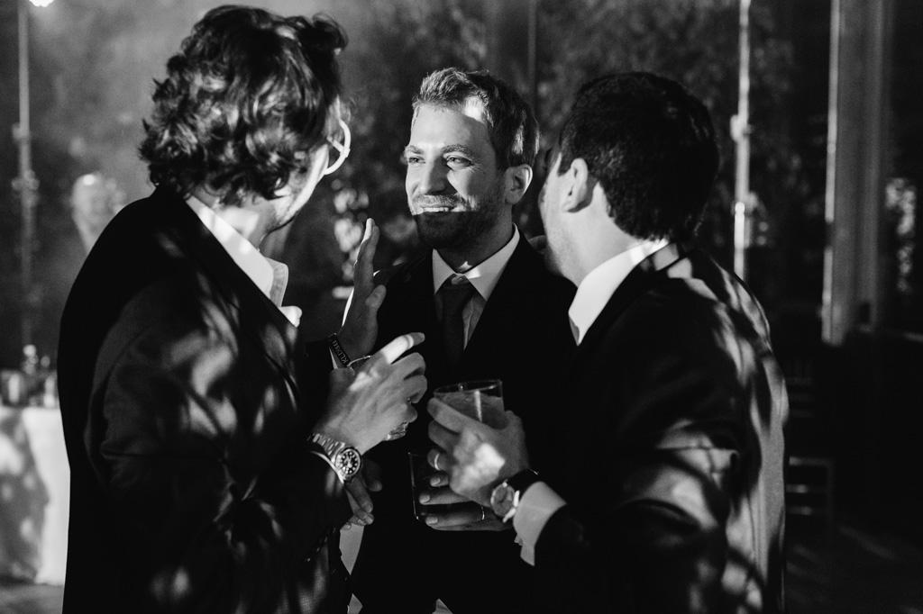 Invitati parlano tra di loro mentre bevono qualcosa durante il ricevimento