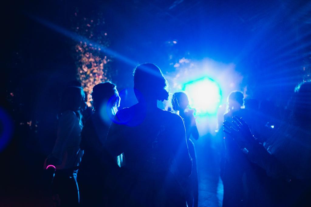 Gli ospiti ballano immersi nelle luci blu delle serre Rattiflora