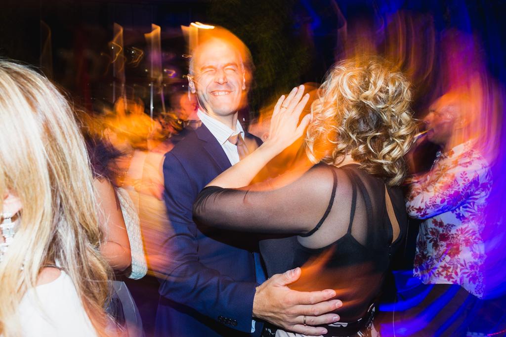 Una coppia di invitati ballano insieme