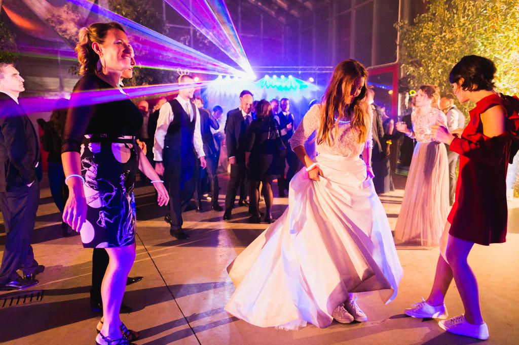 La sposa balla dopo essersi messa scarpe comode