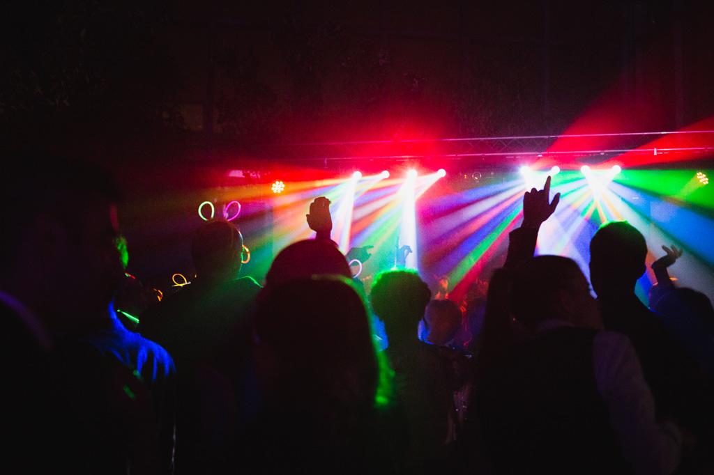 Luci e colori sugli invitati danzanti