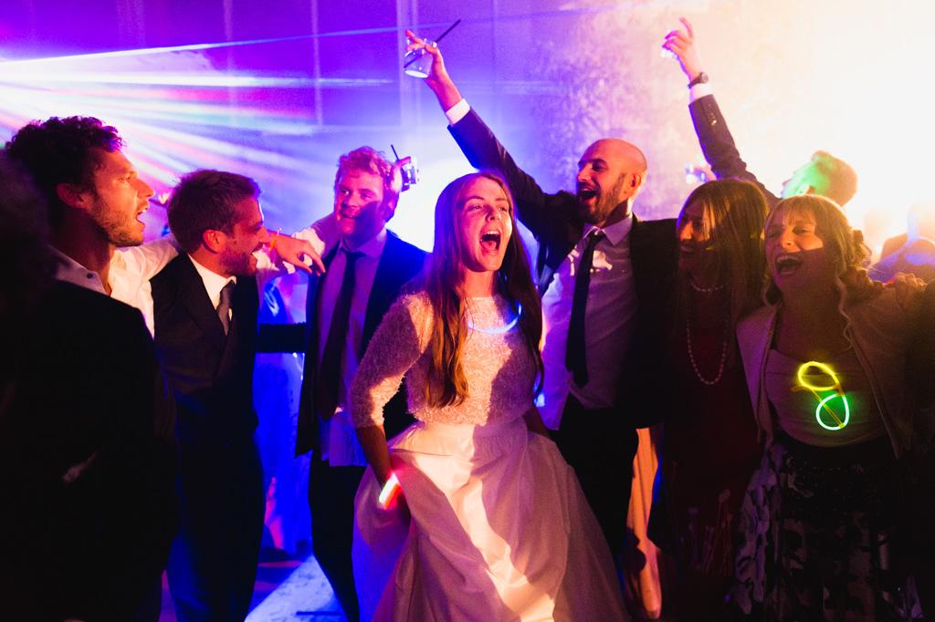 La sposa si diverte con gli amici durante i balli