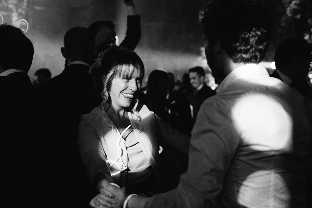 Due amici ballano al ricevimento di Federico e Carola
