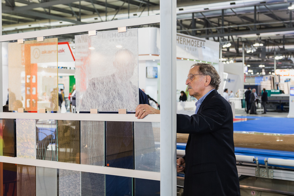 Un'imprenditore s'interessa a un vetro in esposizione