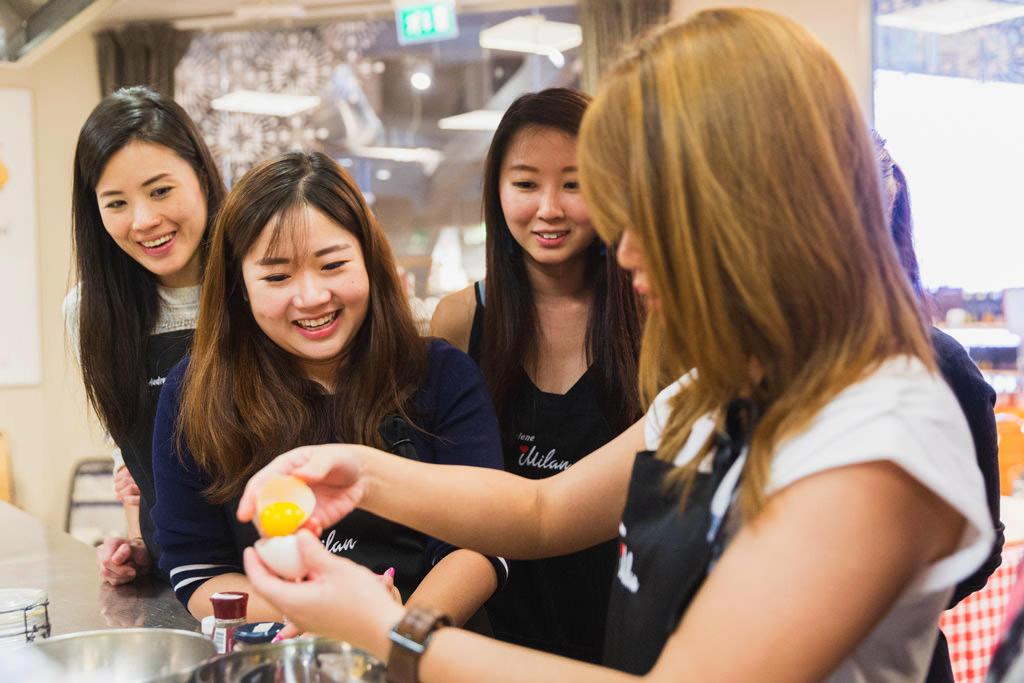 Le dipendenti s'improvvisano cuoche nelle cucine messe a disposizione da Eataly