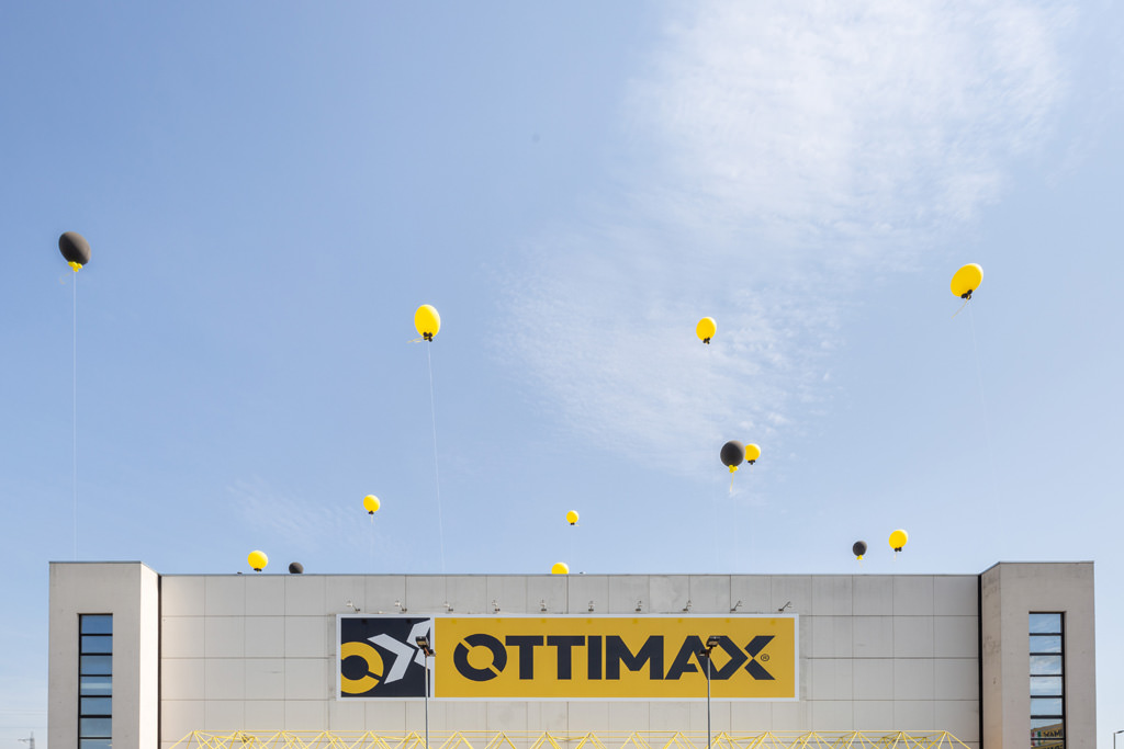 L'insegna del nuovo negozio Ottimax presso San Giuliano Milanese