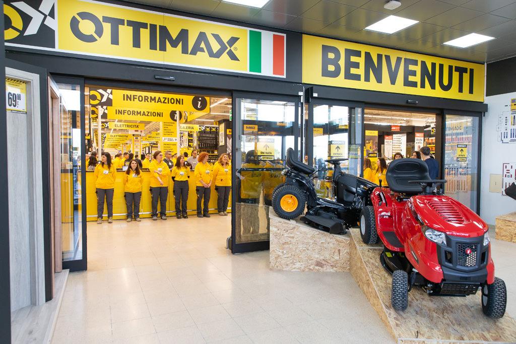 Uno scatto dell'ingresso del nuovo negozio Ottimax