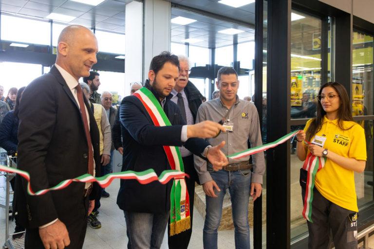 Il proprietario taglia la striscia che sancisce l'inizio dell'attività di Ottimax presso San Giuliano Milanese