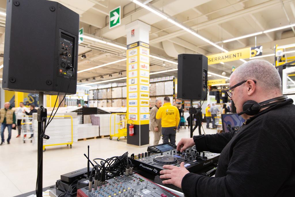 Il dj anima la giornata d'inaugurazione con la sua playlist musicale