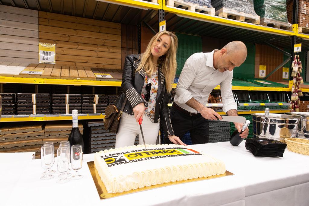 La showgirl Laura Cremaschi è pronta a tagliare la torta d'inaugurazione ripresa da Della Savia, fotografo di Milano