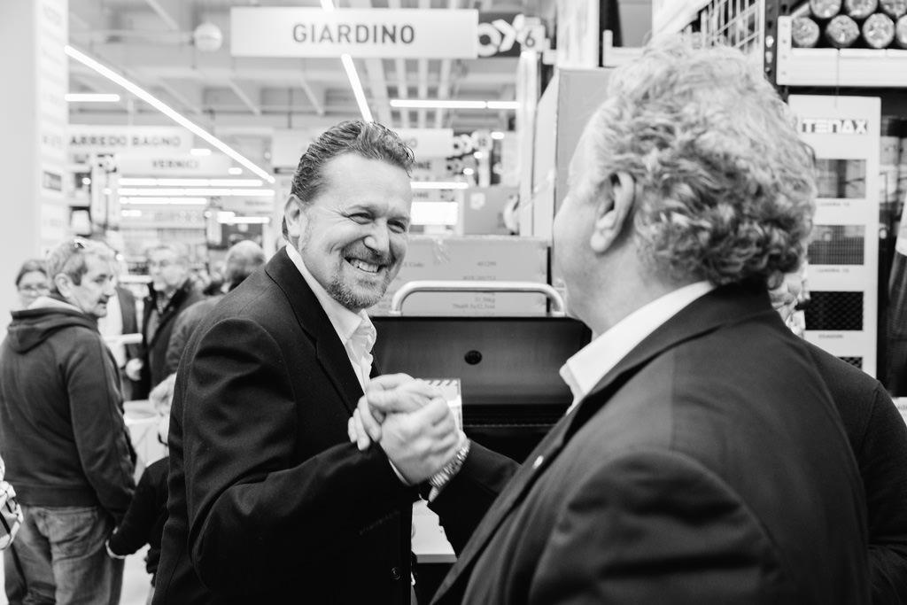 Due imprenditori si stringono la mano dopo il successo di Ottimax