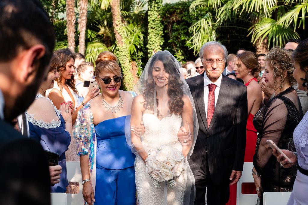 mamma e papà accompagnano la sposa all'altare matrimonio shahram e samin lago di como villa parravicini revel
