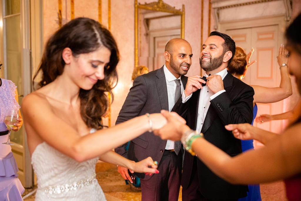 Gli sposi ballano insieme agli invitati
