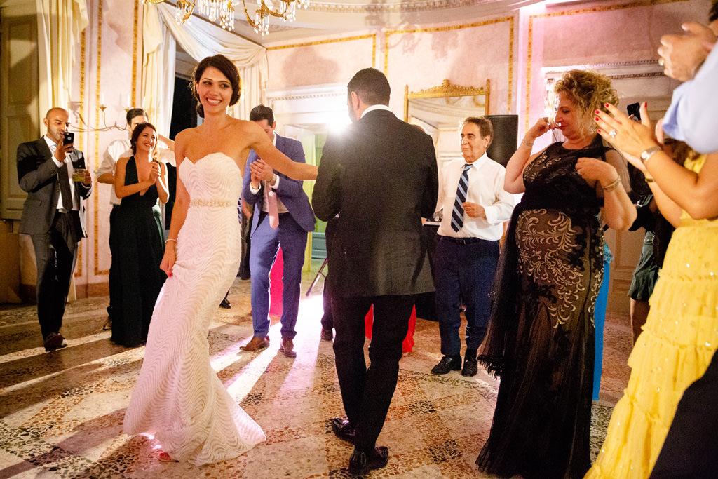 gli sposi danzano insieme matrimonio shahram e samin villa parravicini revel lago di como