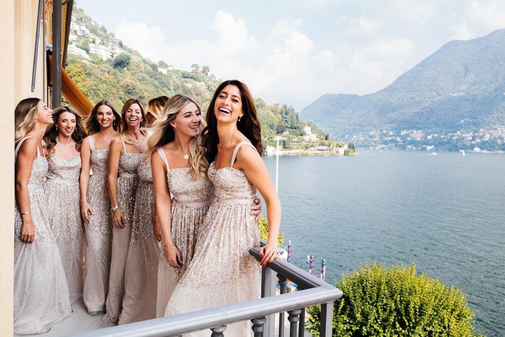 Le damigelle della sposa sul balcone a Villa D'Este sul Lago di Como