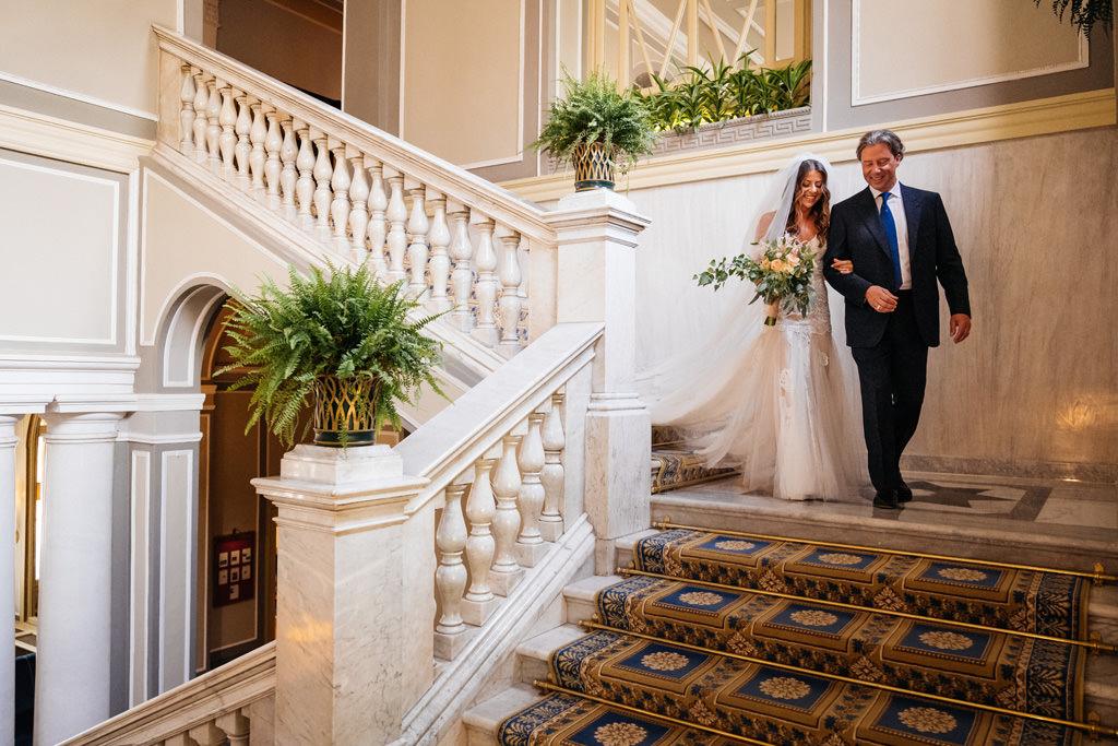 La sposa scende la scalinata con il padre a Villa D'Este