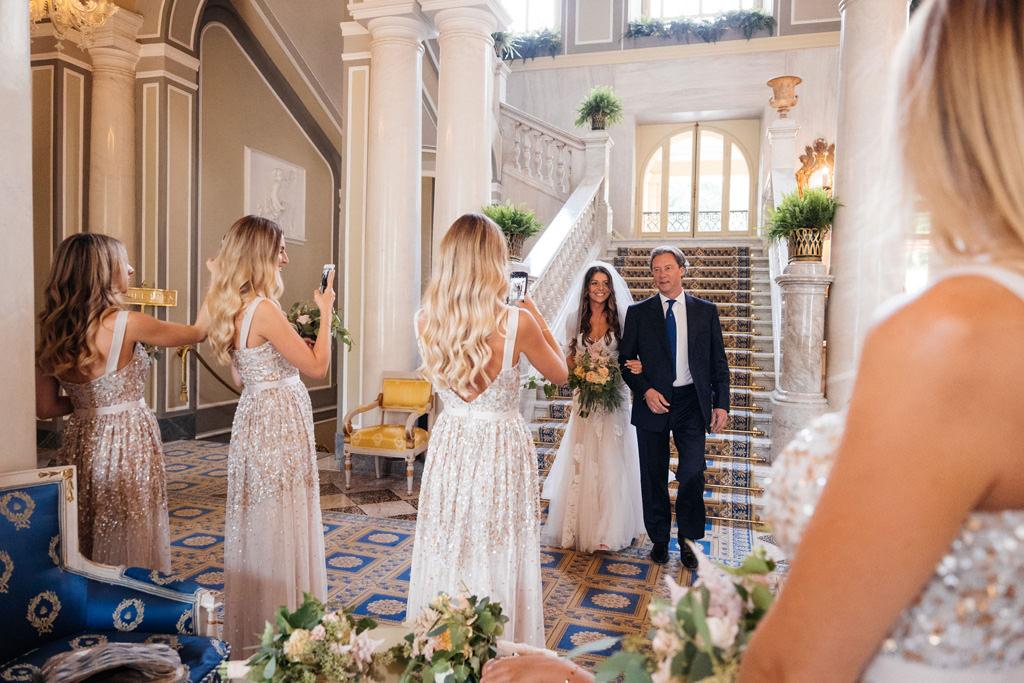 La sposa scende con il padre a Villa D'Este