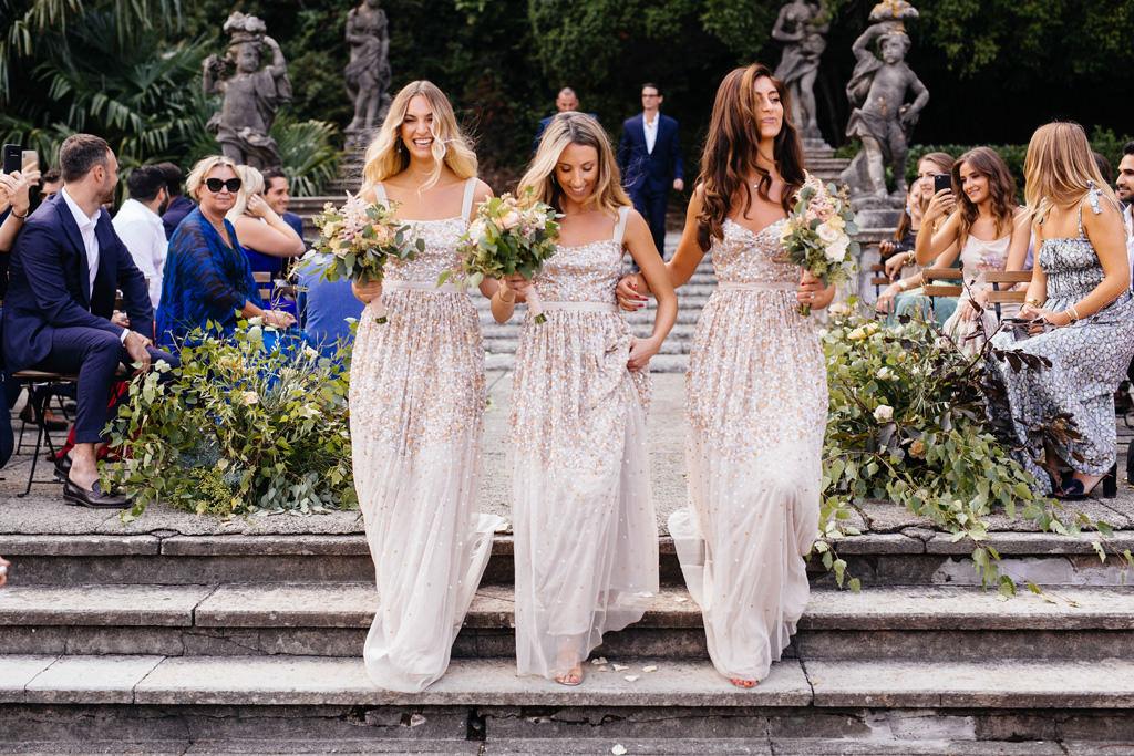 Le damigelle arrivano alla cerimonia