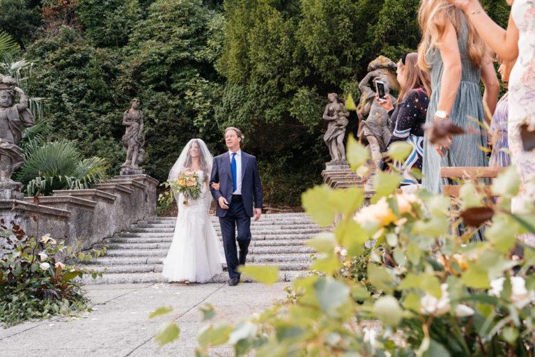 L'arrivo della sposa con il padre alla cerimonia