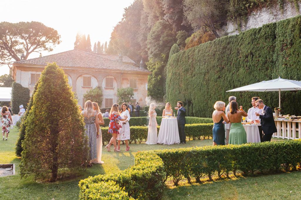 Gli invitati nel giardino di Villa Pizzo
