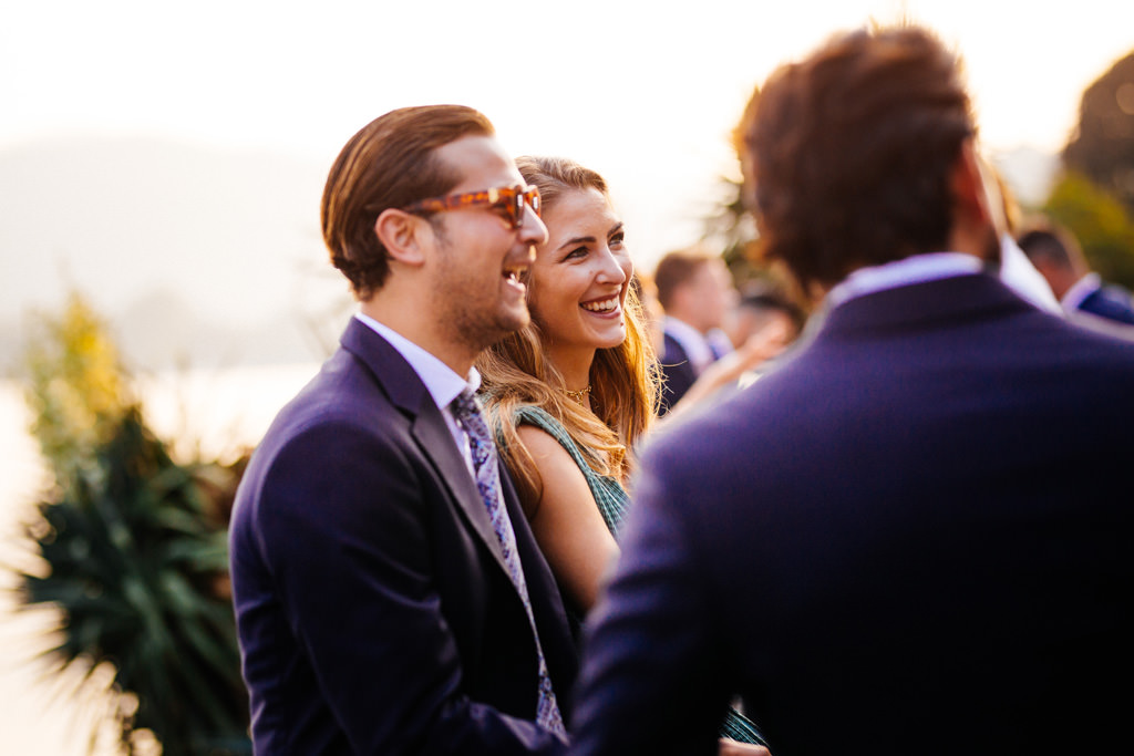 Gli invitati parlano al tramonto a Villa Pizzo