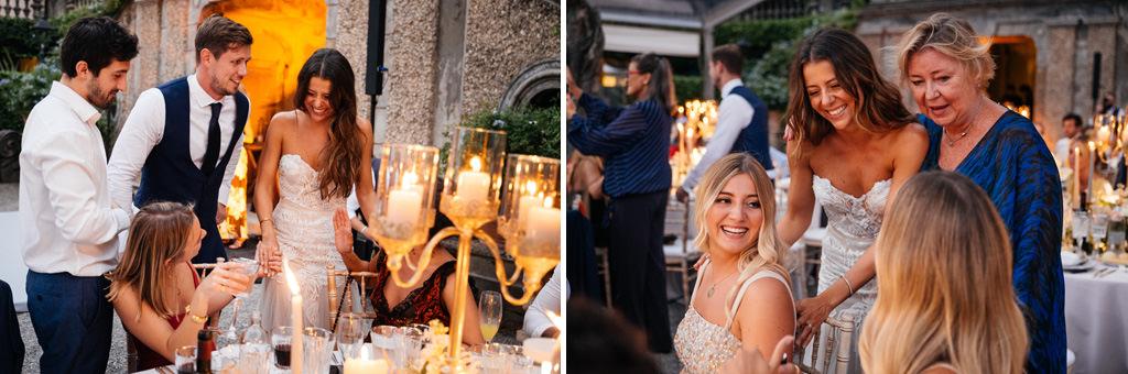 Gli sposi salutano gli invitati seduti ai tavoli