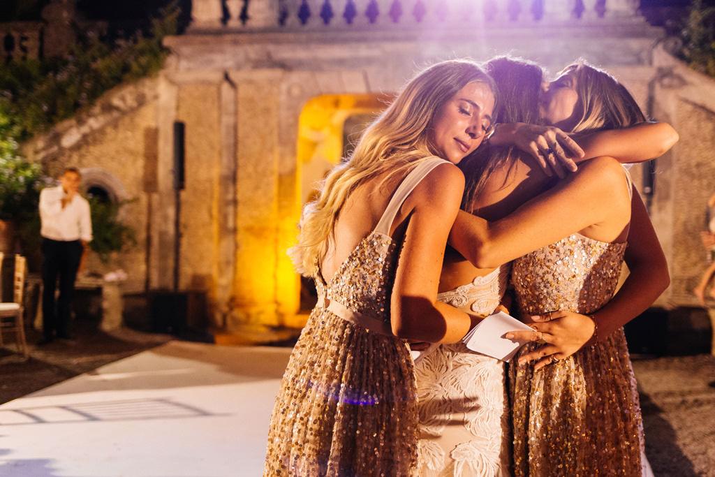 Le damigelle abbracciano la sposa