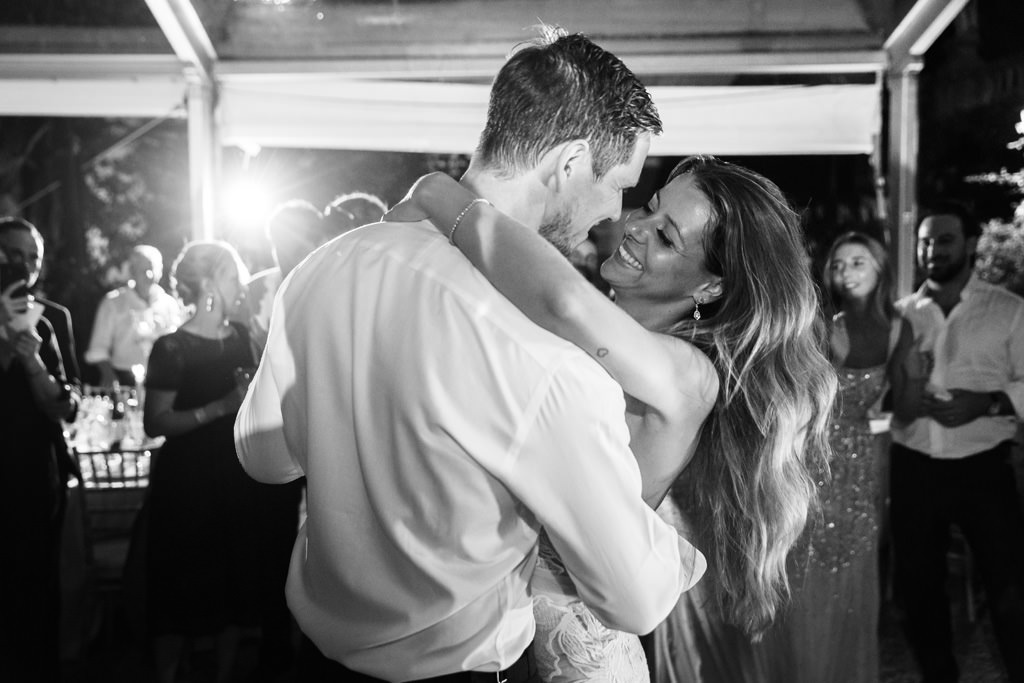 Gli sposi ballano insieme a Villa Pizzo