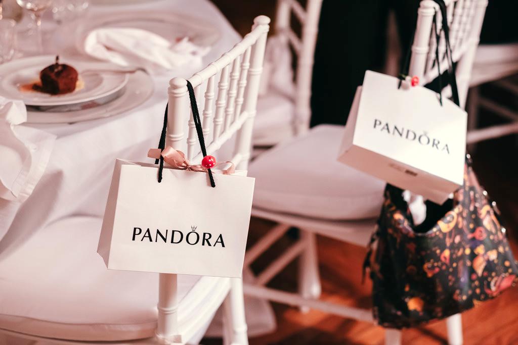 Un dettaglio dei regali di Pandora forniti ai dipendenti durante la cena natalizia
