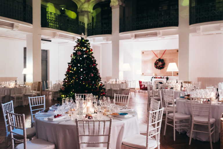 Uno scorcio delle tavole apparecchiate per la cena di Natale organizzata da Pandora