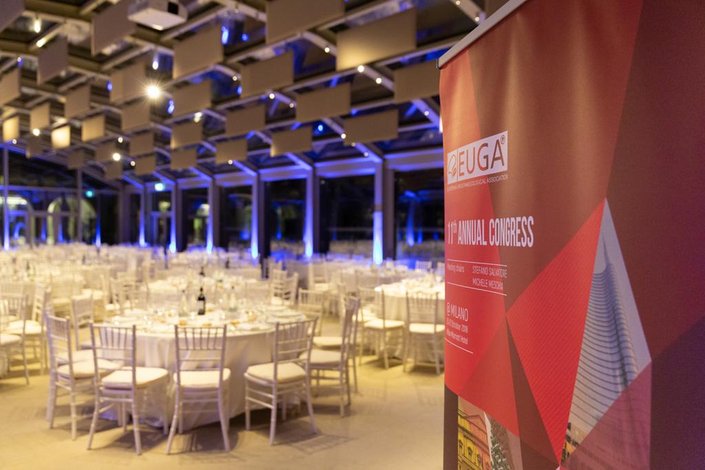 Un campo totale delle tavole apparecchiate per la cena di Gala dell'EUGA
