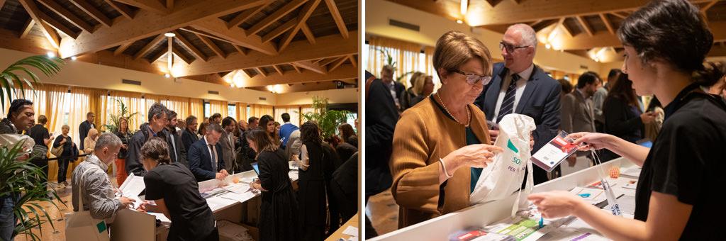 Gli invitati entrano all'ingresso dell'Hotel Mariotti per ricevere i badge dell'evento documentato da Della Savia, fotografi di eventi e conferenze