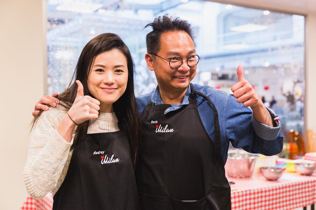 Due componenti dell'azienda di Dingapore indossano due grembiuli da cucina