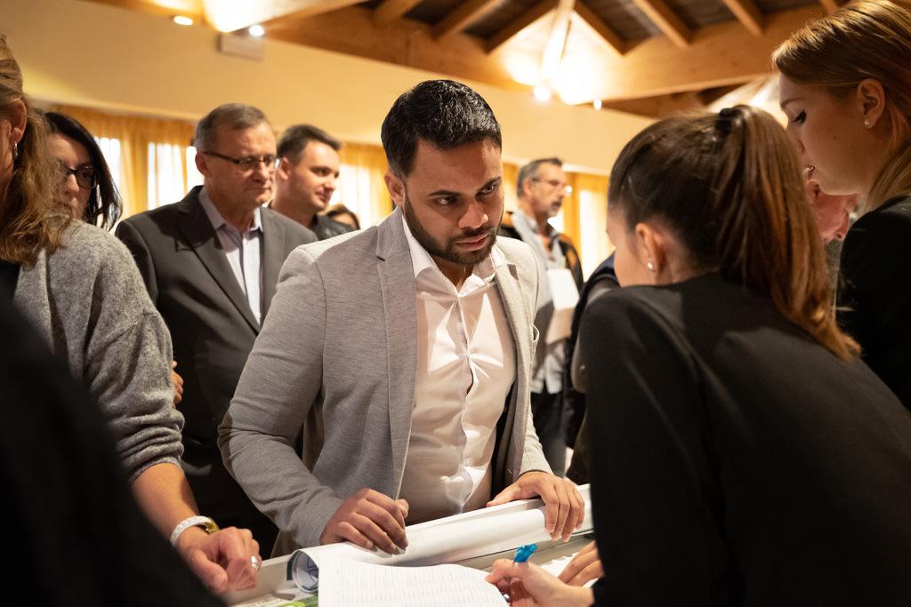 Un ospite si confronta con le segretarie dell'undicesimo congresso EUGA