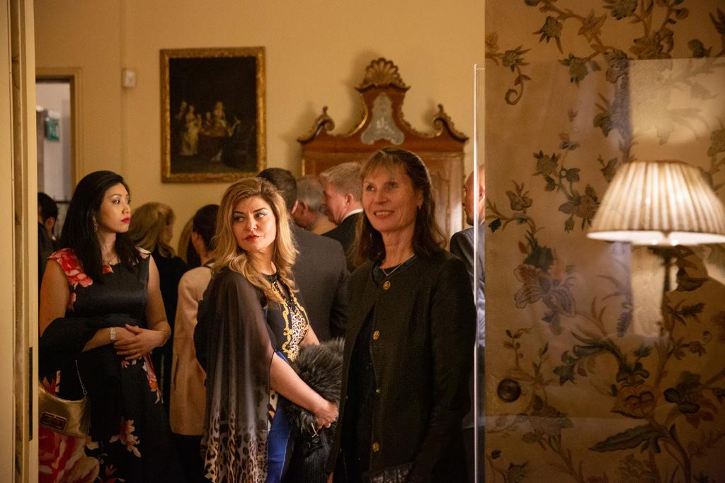 Un'invitata attende di partecipare alla cena dell'EUGA in un momento colto da Alessandro Della Savia, fotografo di cene aziendali