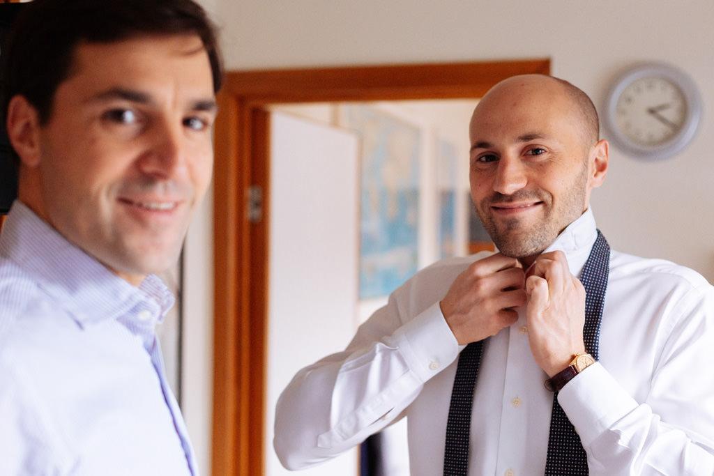 Preparazione dello sposo con il fratello nella loro casa di Milano
